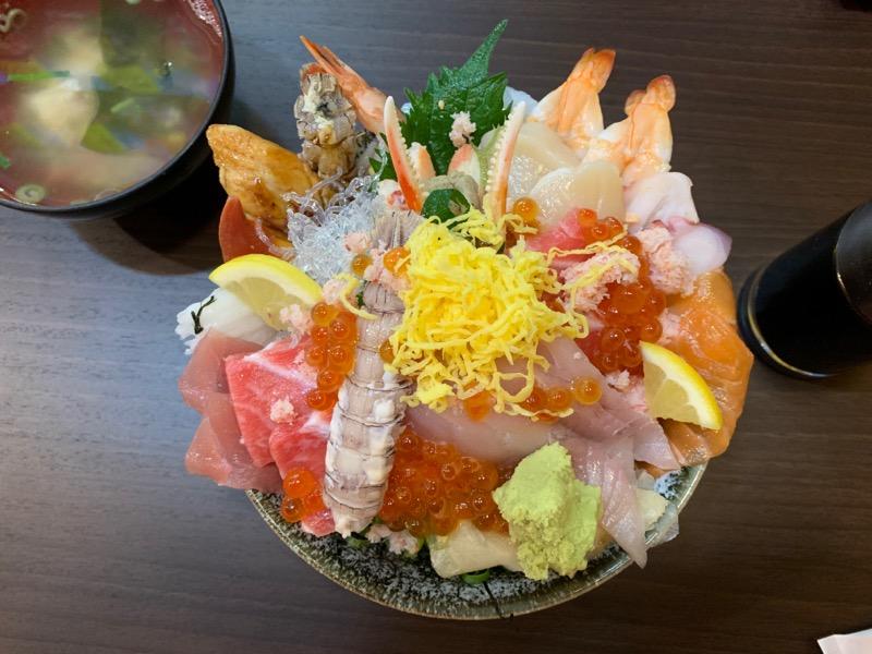 ご飯よりもネタのほうが多い海鮮丼