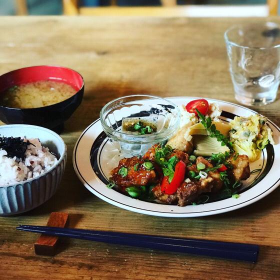 メインプレートとご飯とお味噌汁