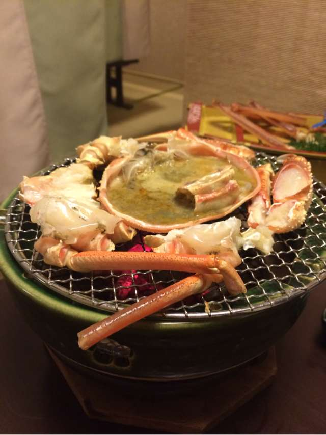 炭火で焼かれる焼き蟹と蟹味噌