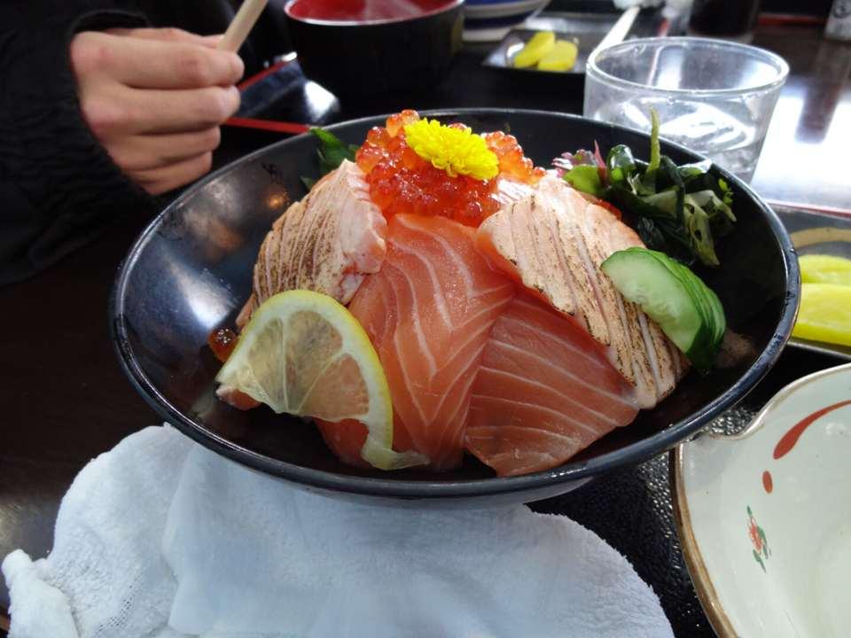 日生どんぶり屋の魚介丼が美味しい
