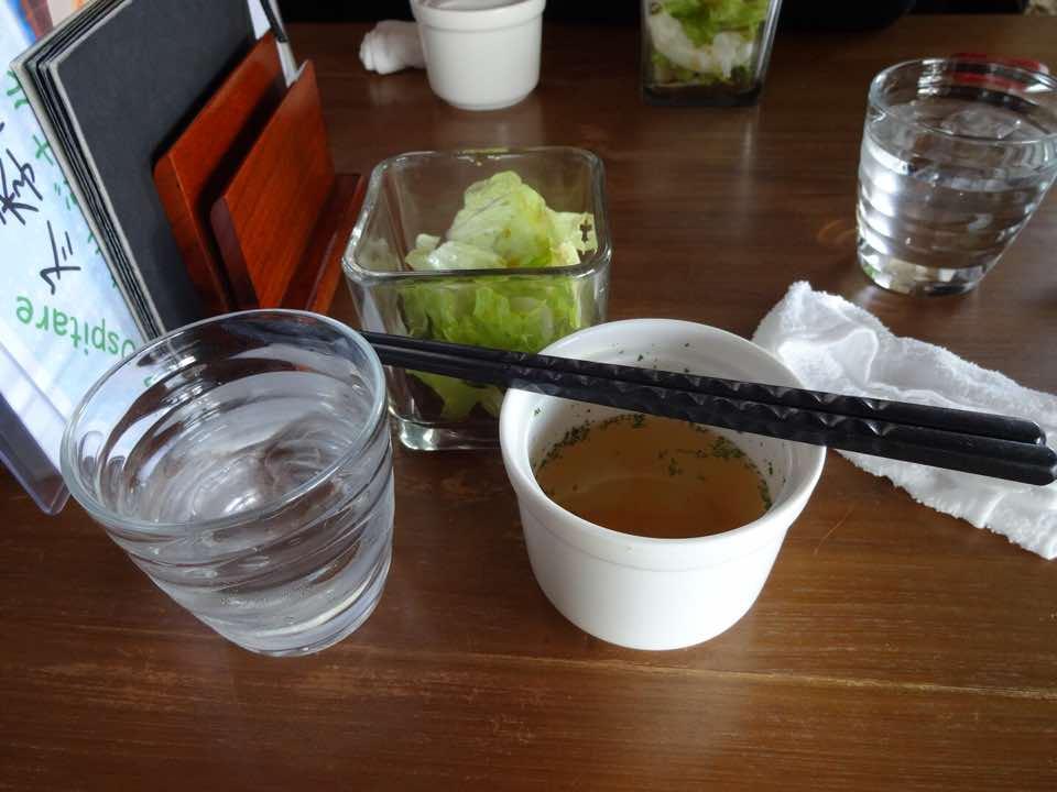前菜のサラダとスープ